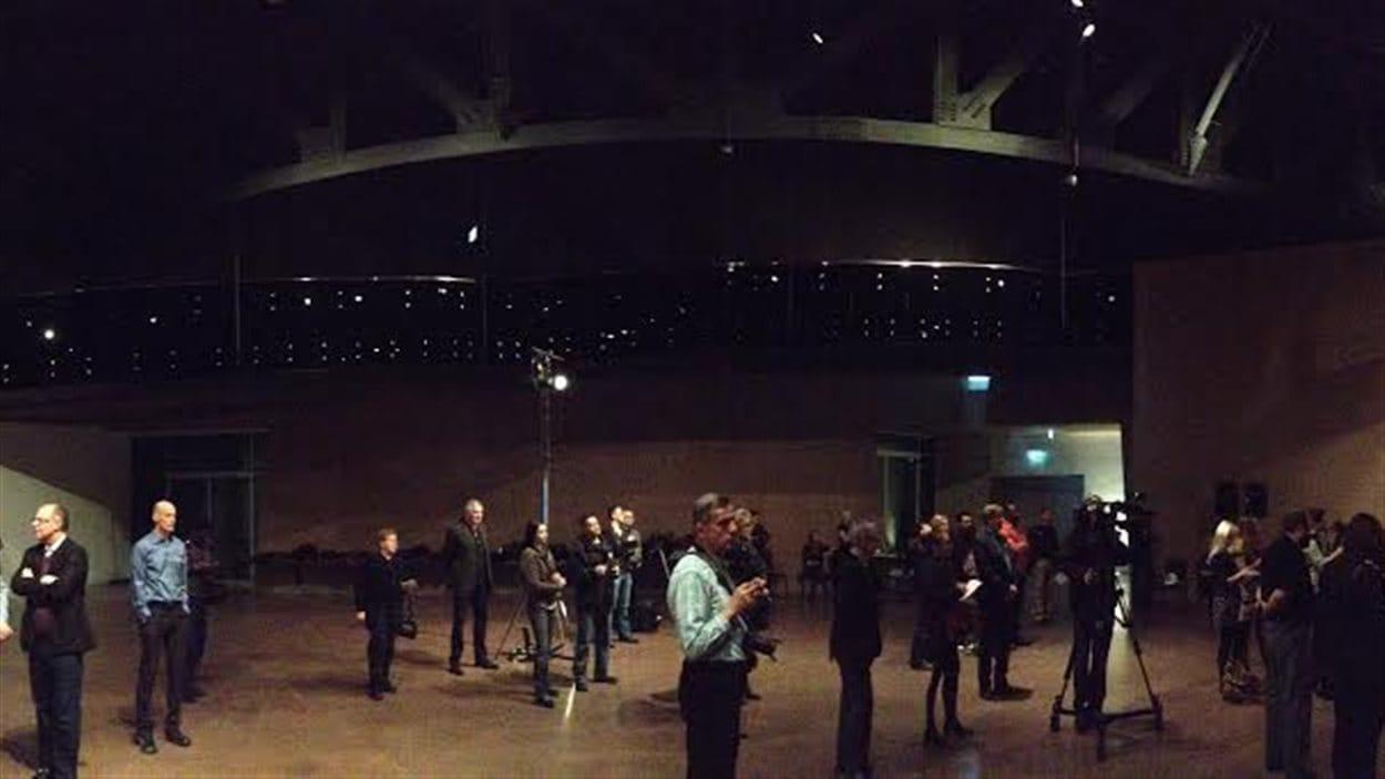 Des membres des médias visitent l'intérieur du Musée canadien pour les droits de la personne, le 10 janvier 2014 à Winnipeg.