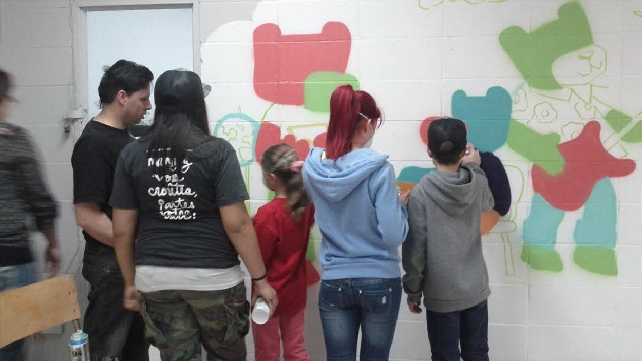 La murale a été créée à la maison des jeunes de Saint-Henri-de-Taillon