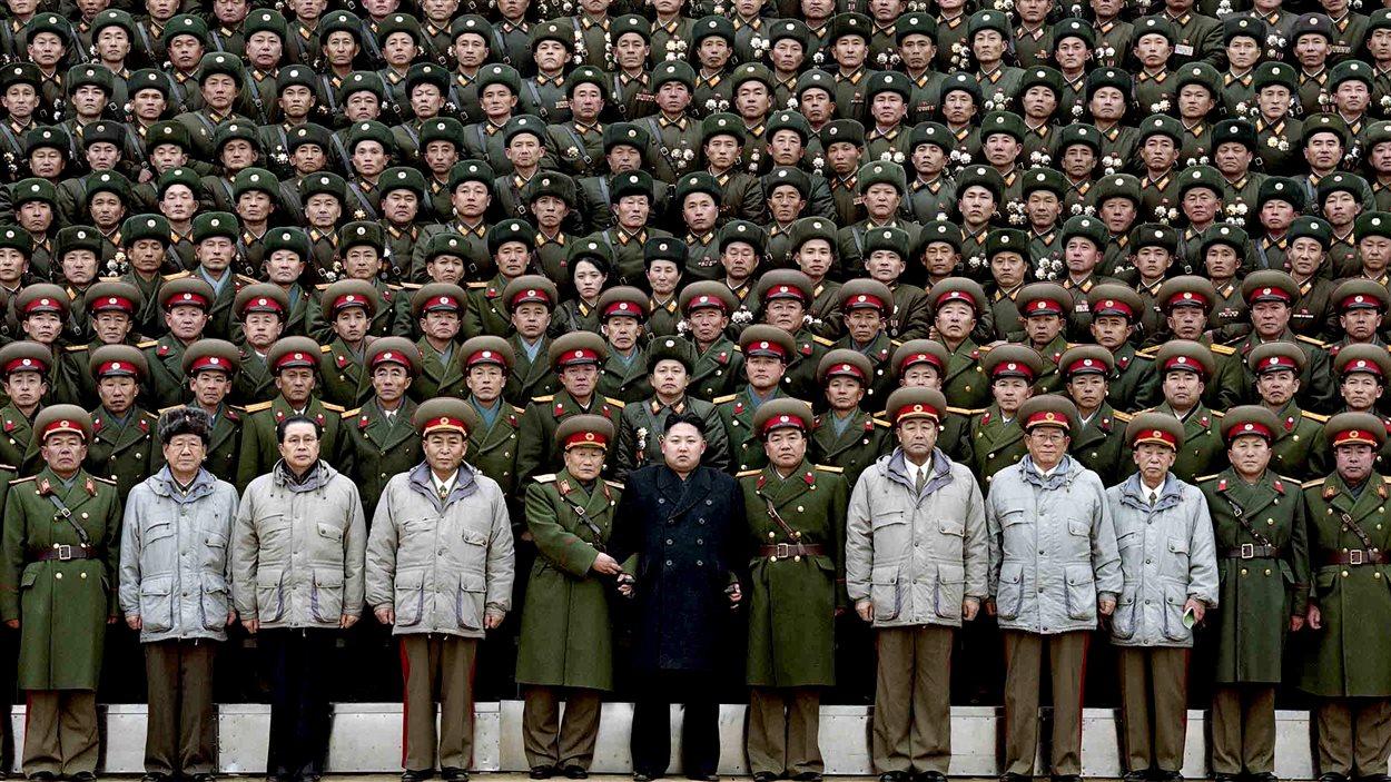 Kim Jong-un en compagnie de soldats de l'Armée populaire de Corée