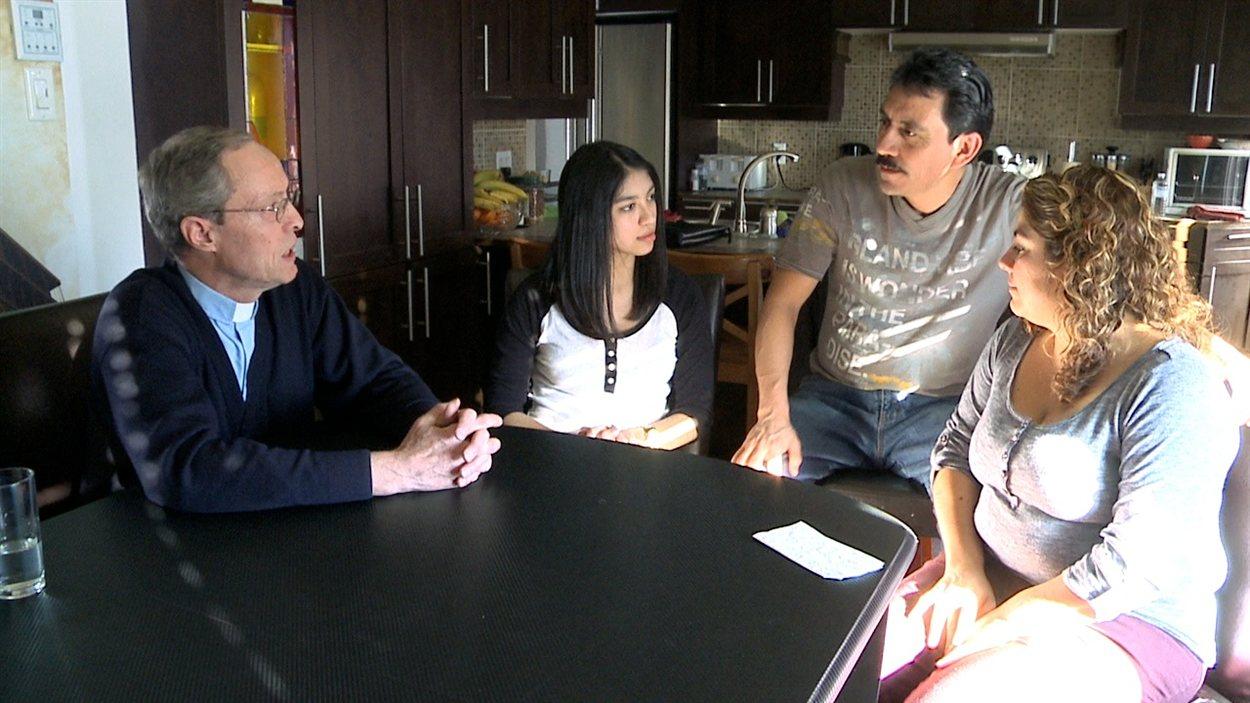 La famille de Luz Maria Zamudio (à droite)  et de Gaspar Cerrano Butanda devra quitter le Canada malgré des menaces de mort proférées contre elle au Mexique.