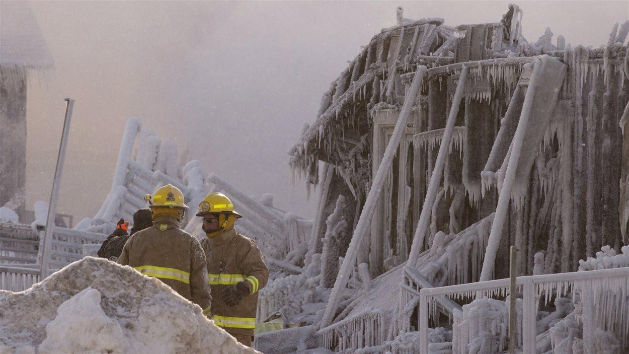 Des pompiers devant la résidence pour personnes âgées de L'Isle-Verte, ravagée par un incendie