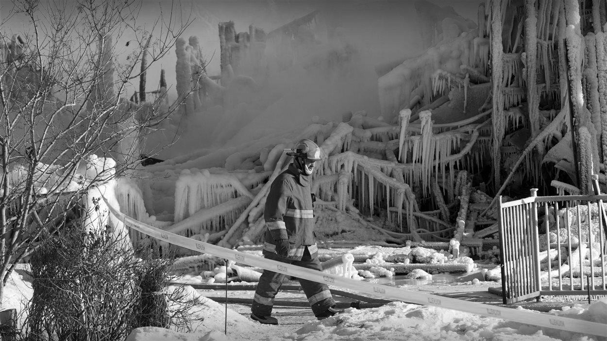 Un pompier parcourt les décombres de la Résidence du Havre, à L'Isle-Verte