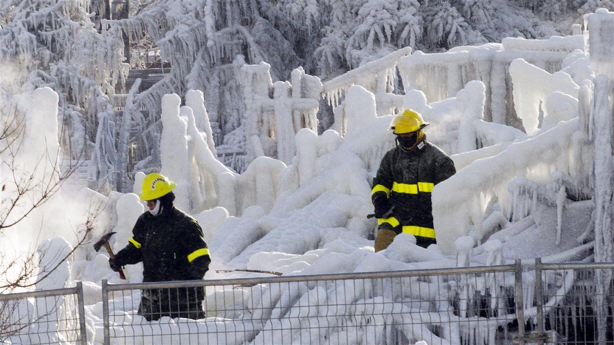 Des pompiers dans les ruines de la Résidence du Havre, à L'Isle-Verte.