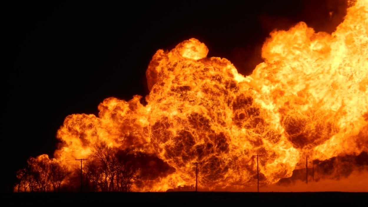 Les flammes ont atteint plusieurs centaines de mètres après l'explosion d'un gazoduc près de Saint-Pierre-Jolys.