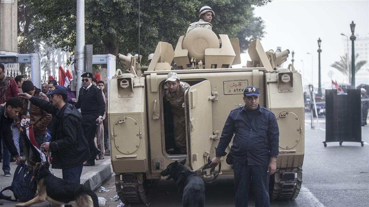 Les forces de l'ordre égyptienne installées près de la place Tahrir.