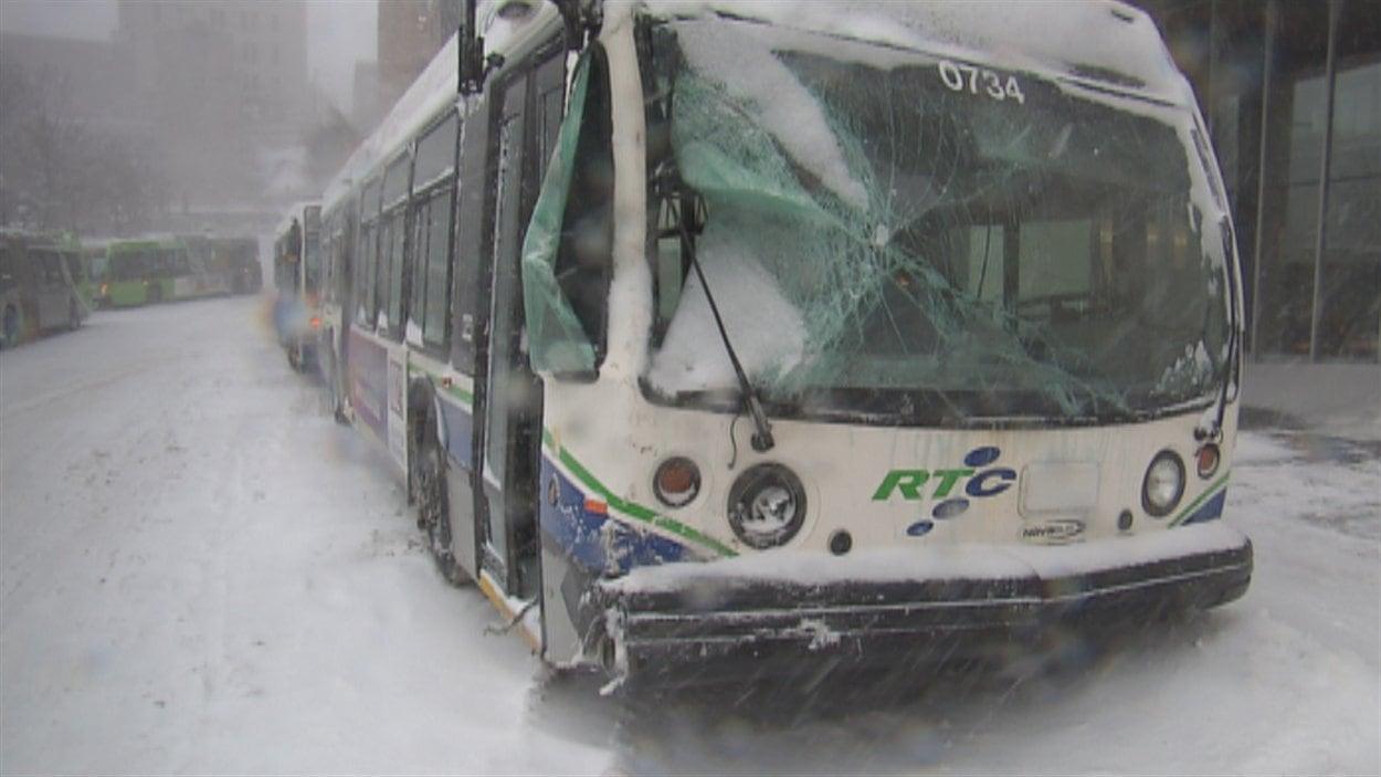 Un autobus du RTC a fait un accident en Basse-Ville en raison du mauvais temps.