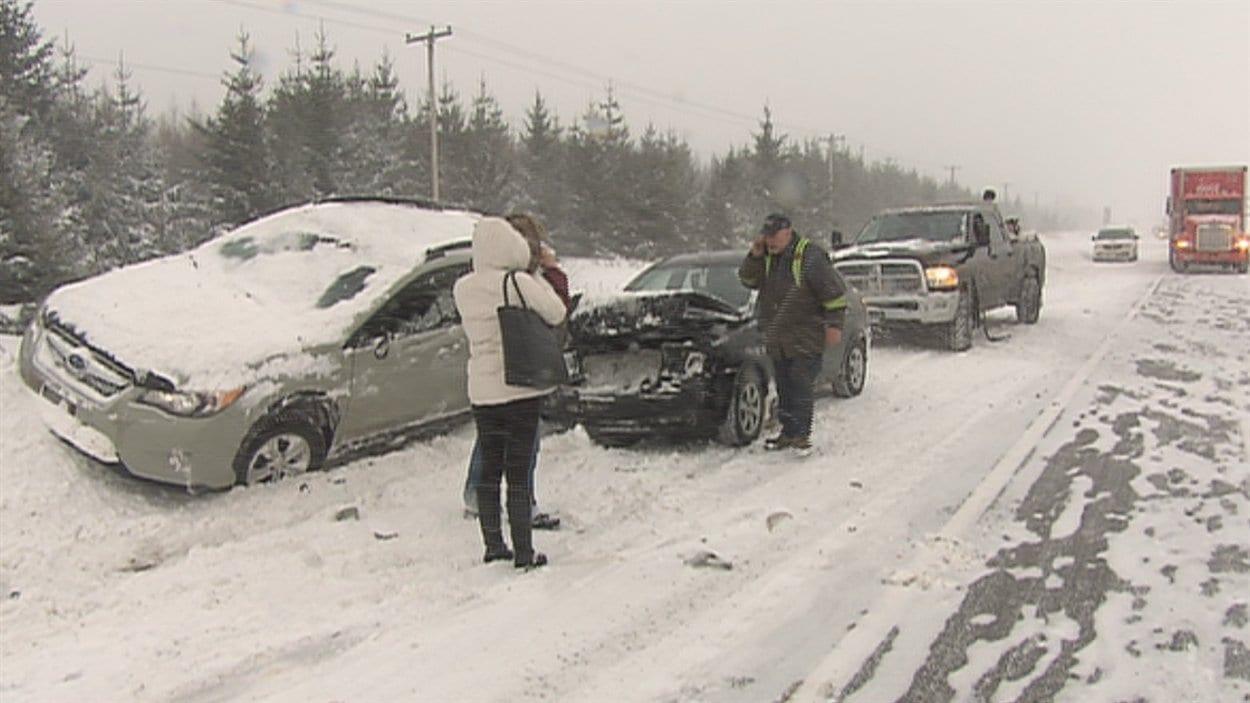 La chaussée glissante a causé plusieurs sorties de route et des accidents
