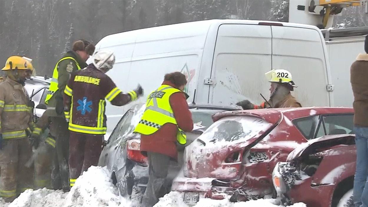 Des pompiers et des secouristes aident des accidentés