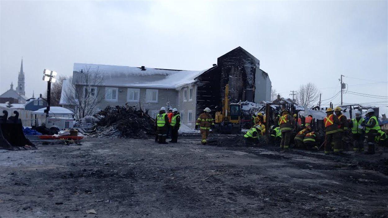 Les équipes s'affairent dans les décombres de l'incendie dans une résidence pour personnes âgées de l'Isle-Verte, dans le Bas-Saint-Laurent