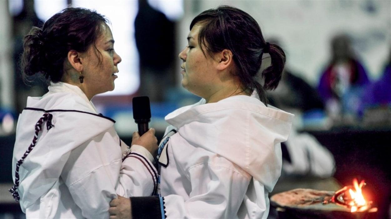 Deux femmes pratiquent le chant de gorge