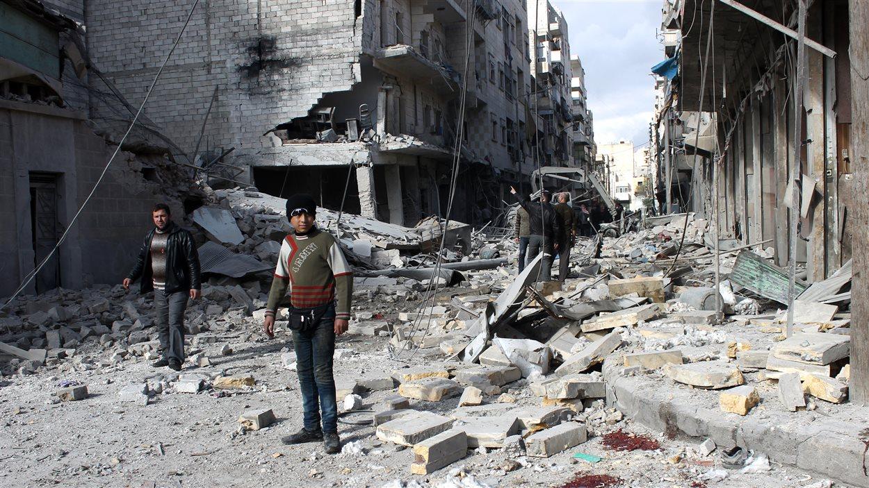 Une scène de dévastation dans une rue d'Alep, en Syrie, captée le 28 janvier 2014, alors qu'à Genève, les pourparlers de paix semblent se diriger vers une impasse.