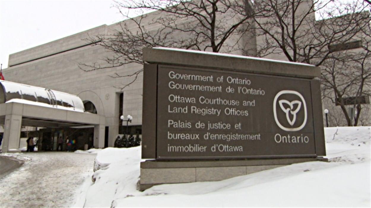 Le palais de justice d'Ottawa sous la neige.