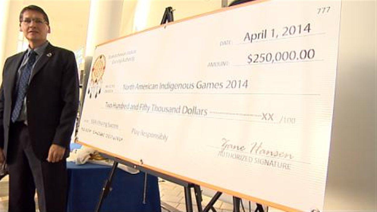 Le pdg de SIGA, Zane Hansen, a remis 250 000 $ aux Jeux autochtones de l'Amérique du Nord 2014 à Regina