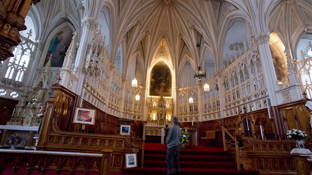Un homme dans l'église de L'Isle-Verte