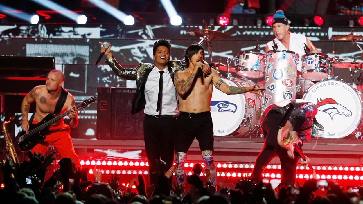Bruno Mars et le groupe Red Hot Chili Peppers au 48e Super Bowl.