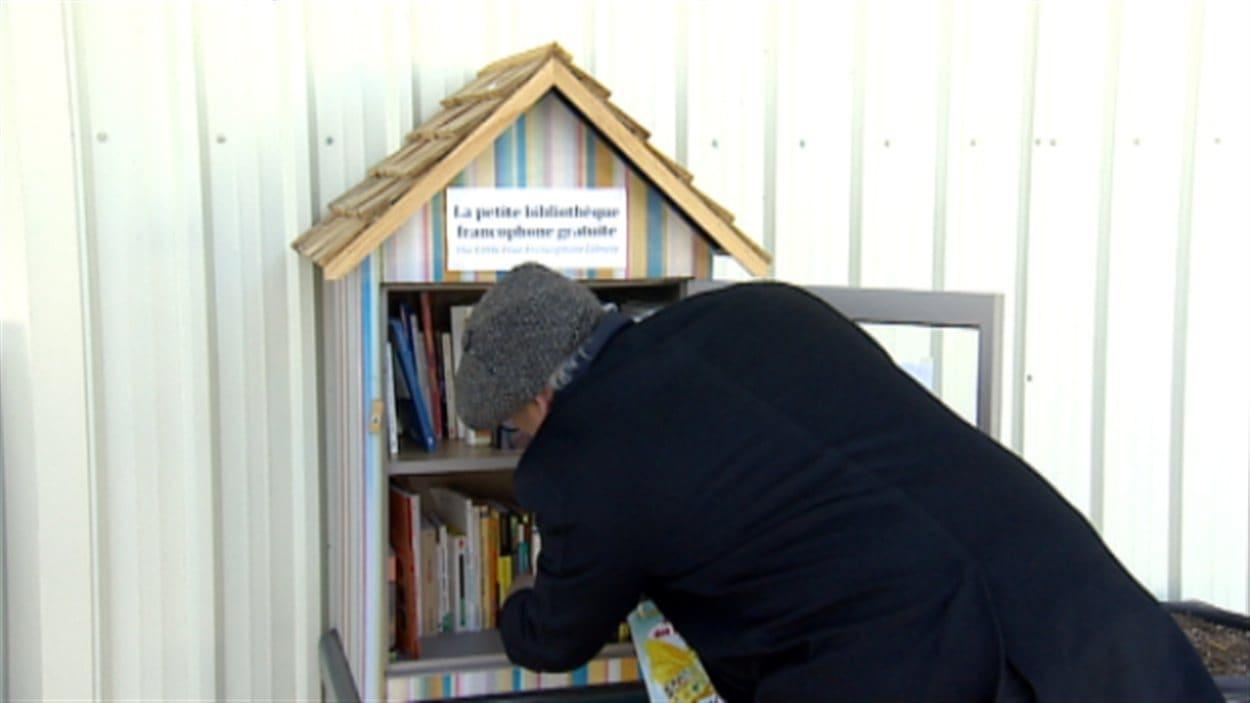 Joe Clare ouvre la nouvelle petite bibliothèque francophone