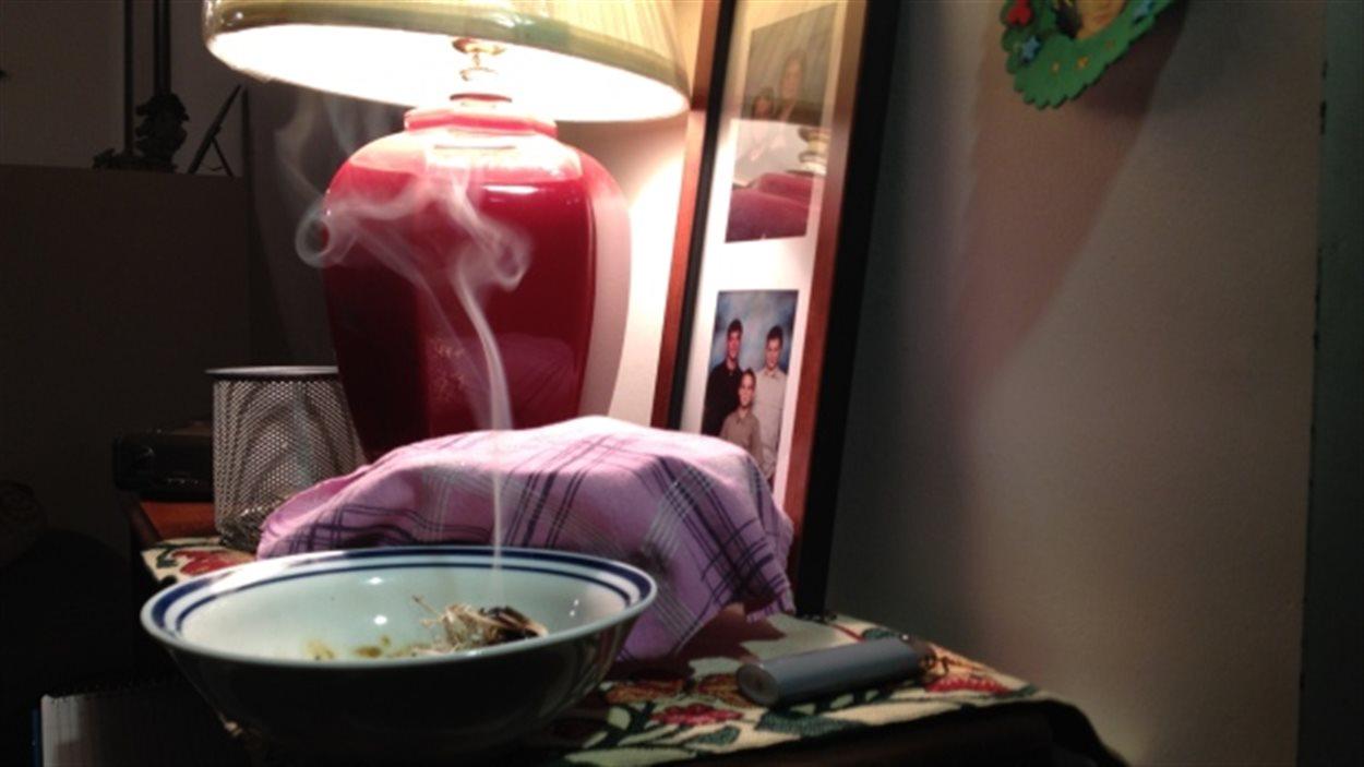 Du sauge brûle dans un bol pour une cérémonie de purification par la fumée, le 5 février 2014 à Brandon au Manitoba.