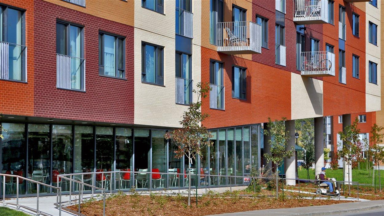 La coopérative d'habitation Rêve bleu pour femmes seules de 55 ans et plus partage cet immeuble tout neuf avec un OBNL d'habitation pour aînés en légère perte d'autonomie de 75 ans et plus