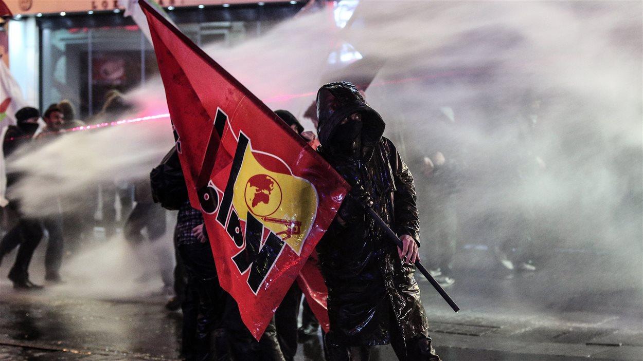 La police utilise des canons à eau et des gaz lacrymogènes contre les manifestants à Istanbul, en Turquie.