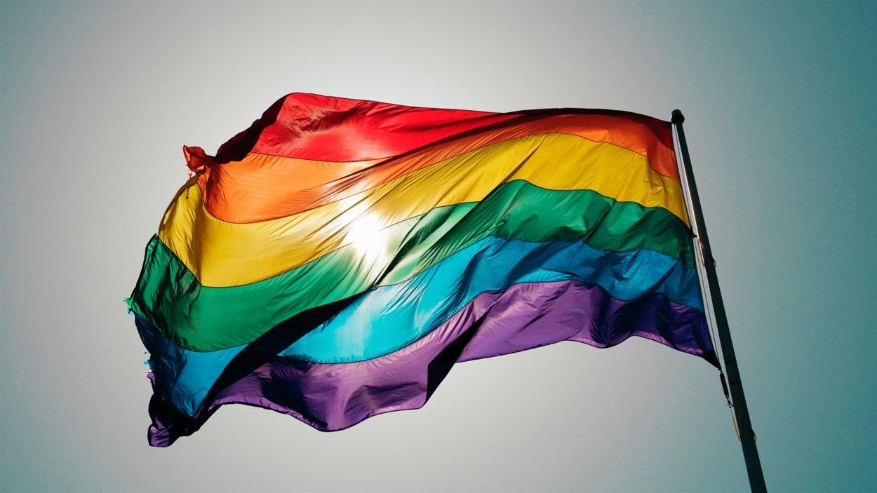 Le drapeau arc-en-ciel est principalement connu comme celui de la communauté lesbienne, gay, bisexuelle et transsexuelle (LGBT).