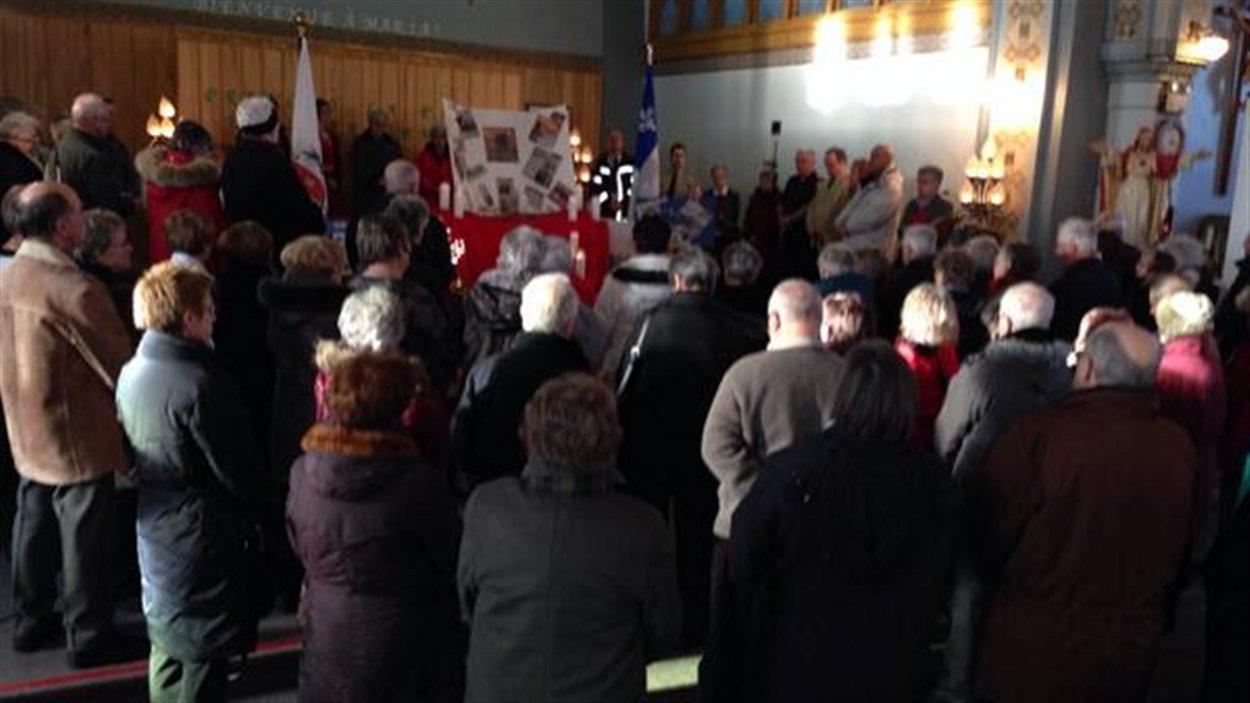 Près de 120 personnes se sont rassemblées à l'église de Maria pour rendre hommage aux victimes de L'Isle-Verte