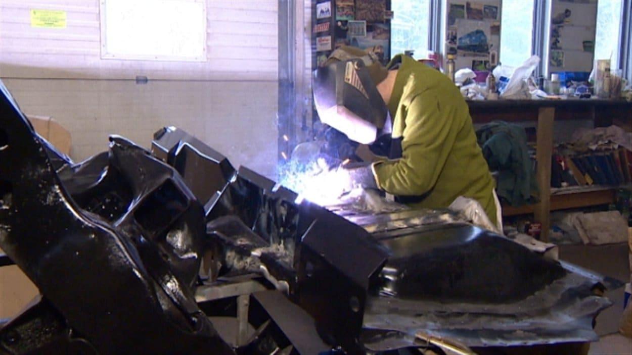 La travailleuse occasionnelle Brandy Damm de London retape de vieilles voitures à temps perdu.