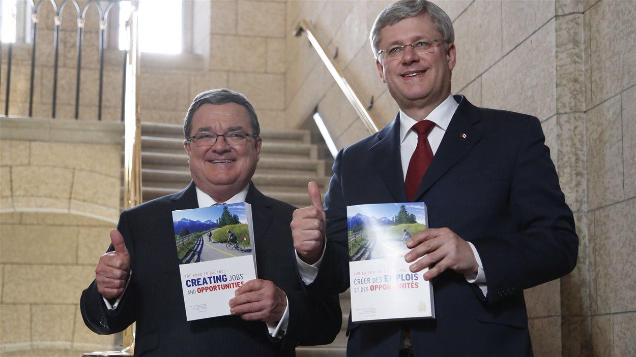Le ministre Jim Flaherty et le premier ministre Stephen Harper à Ottawa lors du dépôt du budget
