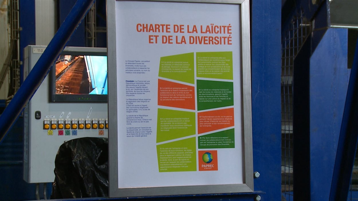Panneau expliquant la charte de la laïcité et de la diversité dans une usine française.