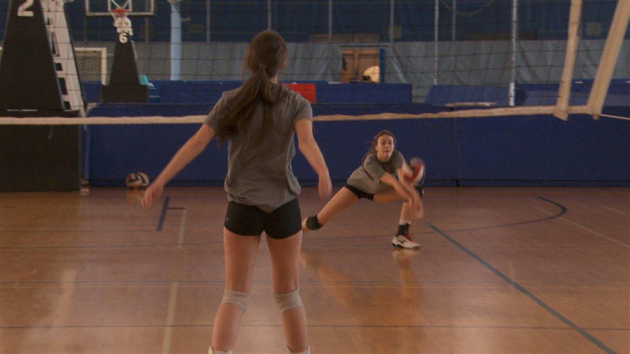 Deux adolescentes jouent au ballon-volant.