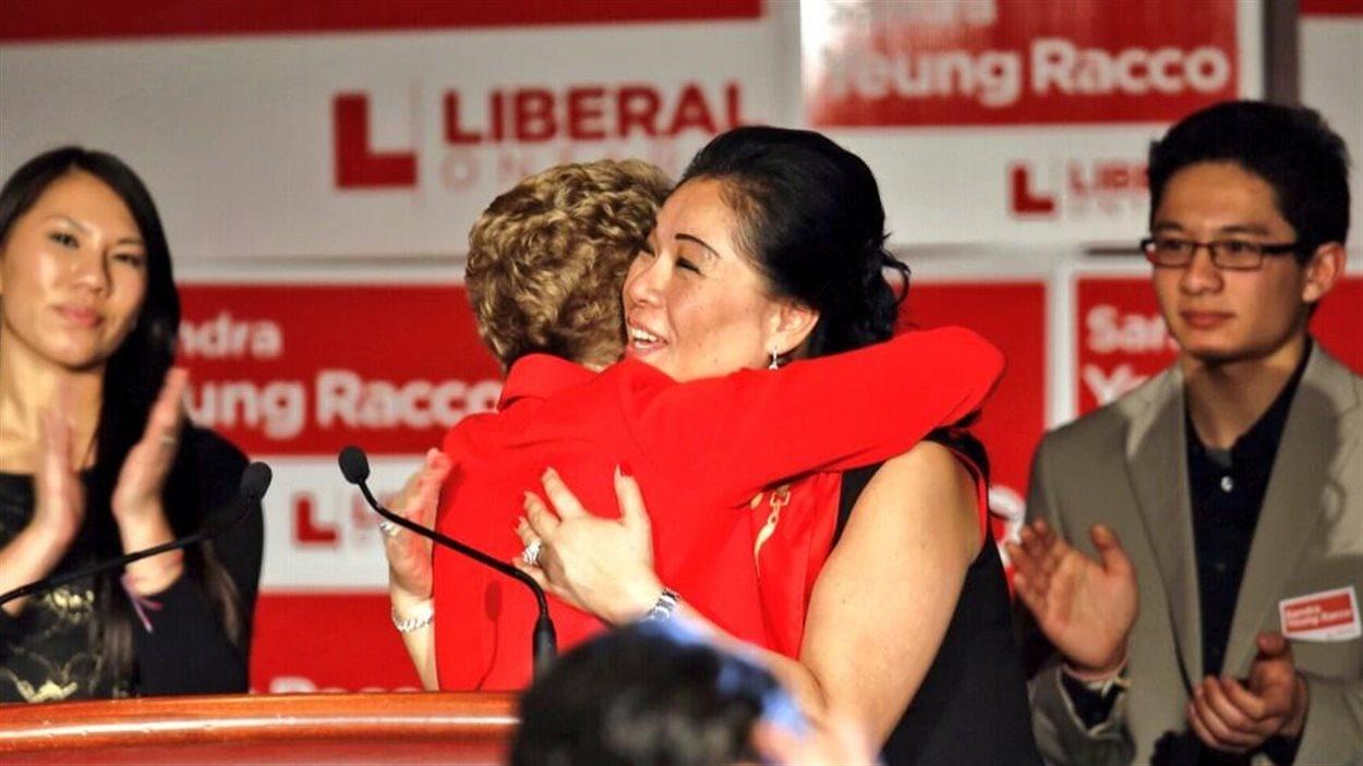 La candidate libérale défaite Sandra Yeung Racco et sa chef, la première ministre Kathleen Wynne