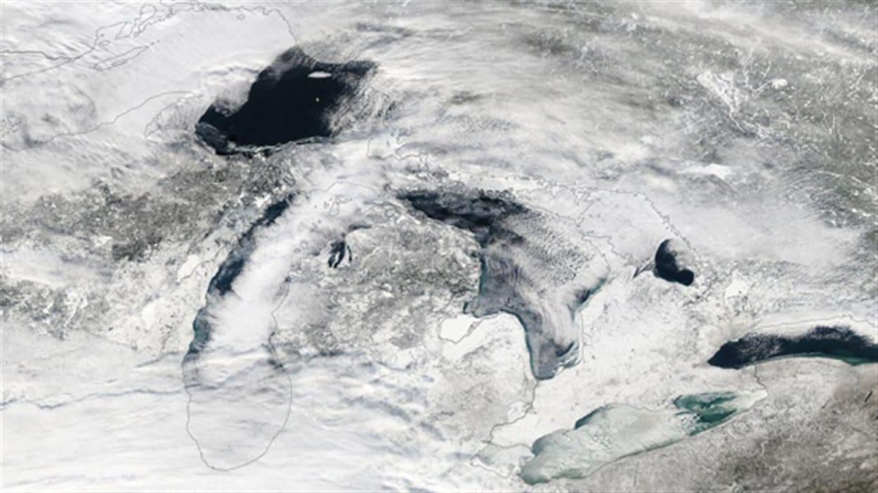 Images satellite du couvert de glace sur les Grands Lacs prise le 6 janvier 2014.