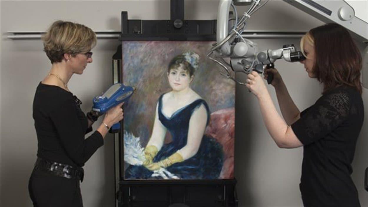 Des chercheurs travaillent sur la toile de Renoir «Madame Léon Clapisson».