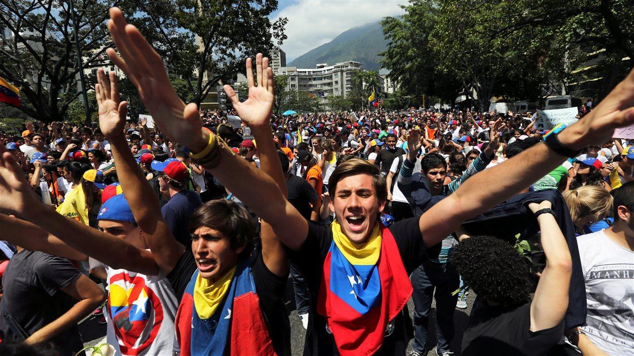 Des étudiants manifestent contre le gouvernement de Nicolas Maduro à Caracas, vendredi.