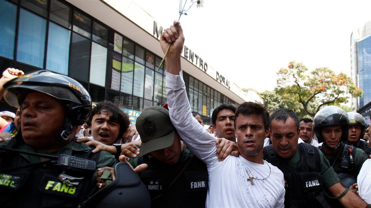 L'opposant Leopoldo Lopez escorté par les policiers