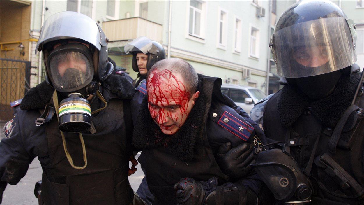 Un policier blessé lors d'affrontements avec les manifestants à Kiev.