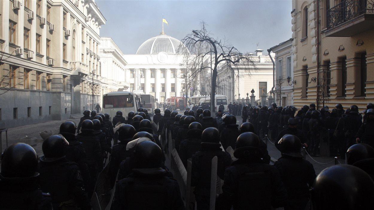 Des policiers anti-émeutes devant le parlement ukrainien.