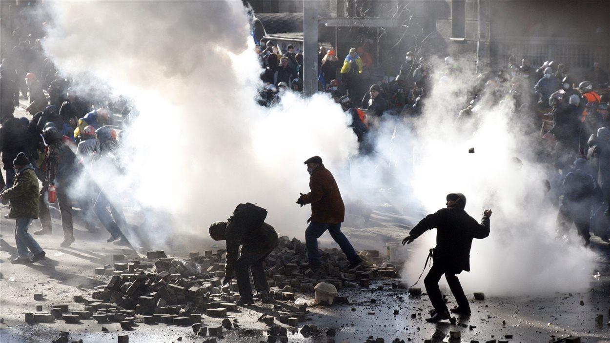 Affrontements entre manifestants antigouvernementaux et policiers, à Kiev.