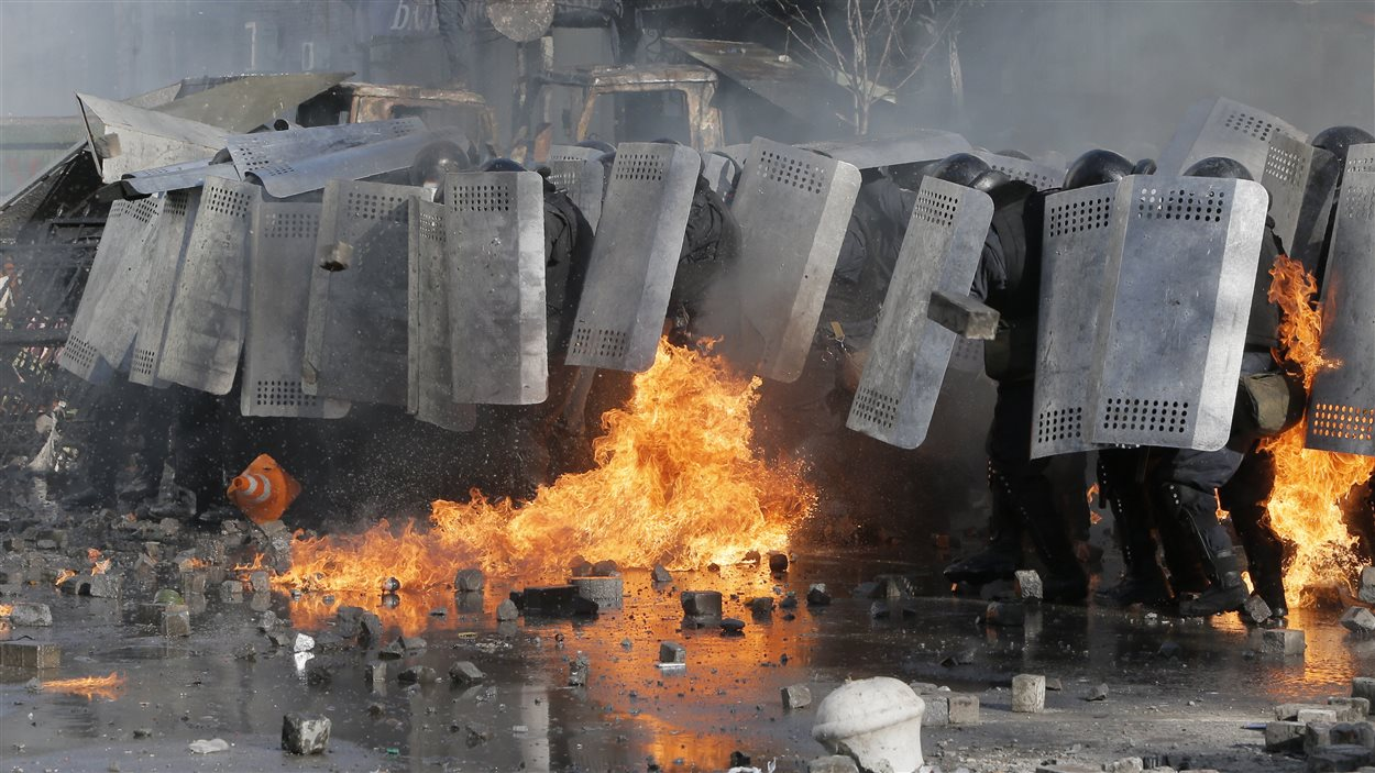 Affrontements entre policiers anti-émeutes et manifestants à Kiev, en Ukraine.
