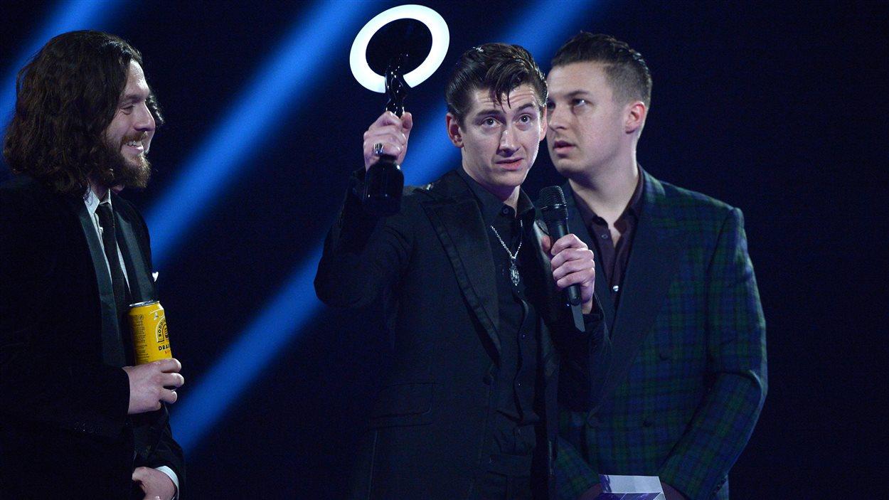 Le groupe Arctic Monkeys, qui reçoit le prix du groupe de l'année lors des Brit Awards 2014