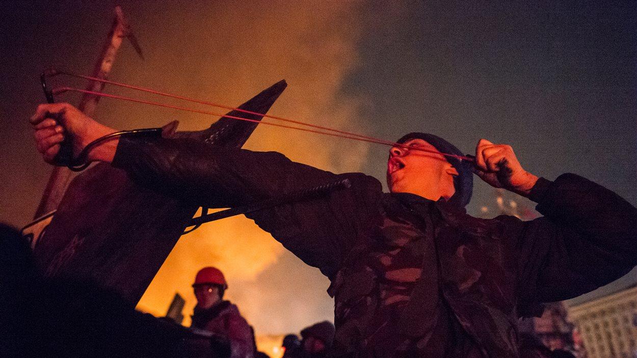 Les manifestants ont lancé des pierres aux policiers.