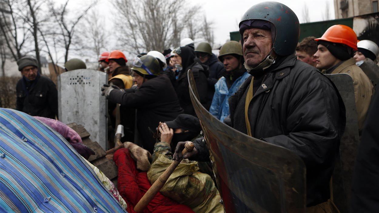 Des manifestants surveillent leur barricade dans la capitale ukrainienne.