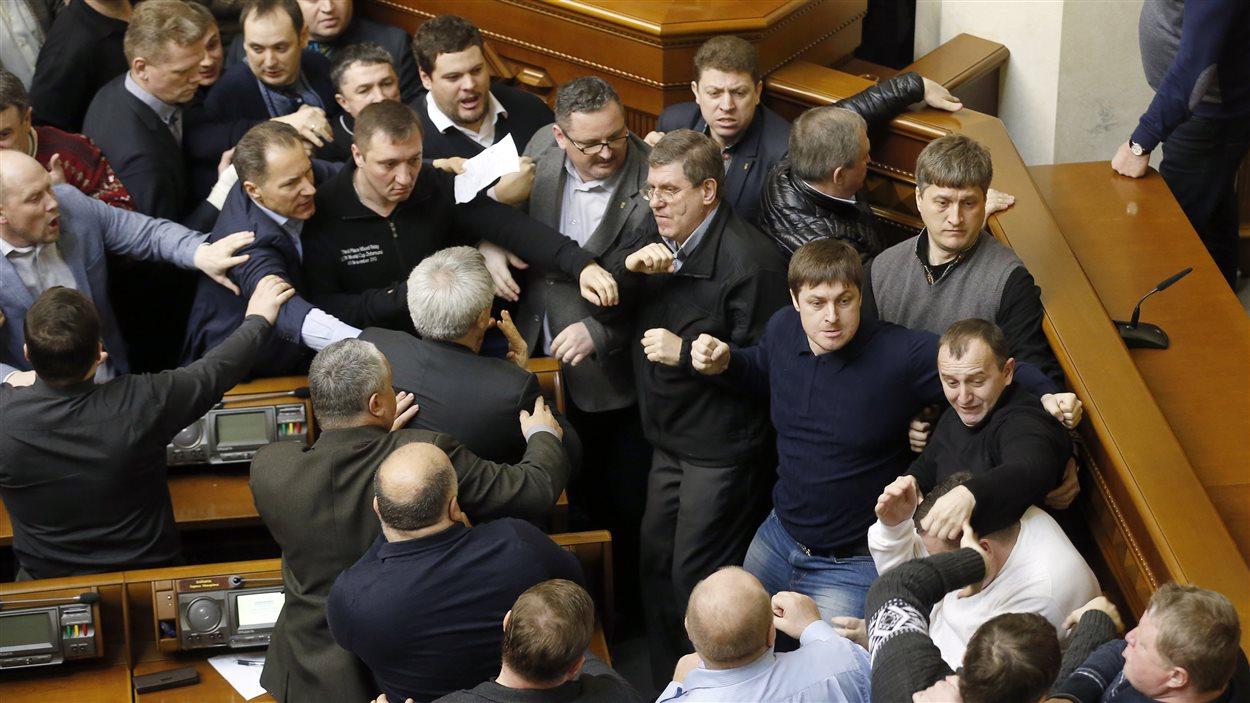 Des élus en sont venus aux poings au parlement.