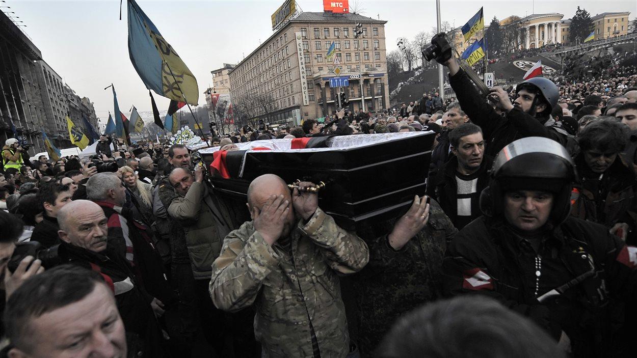 Un cortège funèbre d'une des victimes de Maïdan, à Kiev, vendredi.