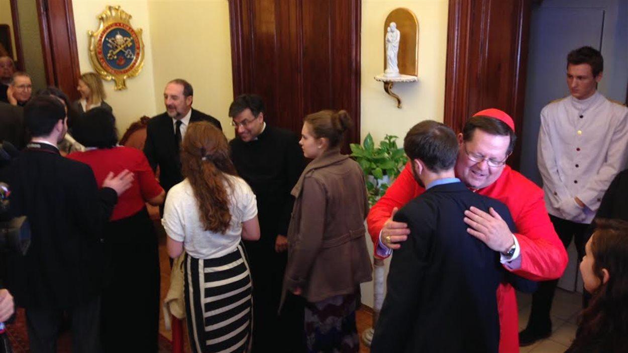 Mgr Lacroix, en marge de la cérémonie au Vatican, le 22 février. Le ministre Denis Lebel était présent pour l'événement.