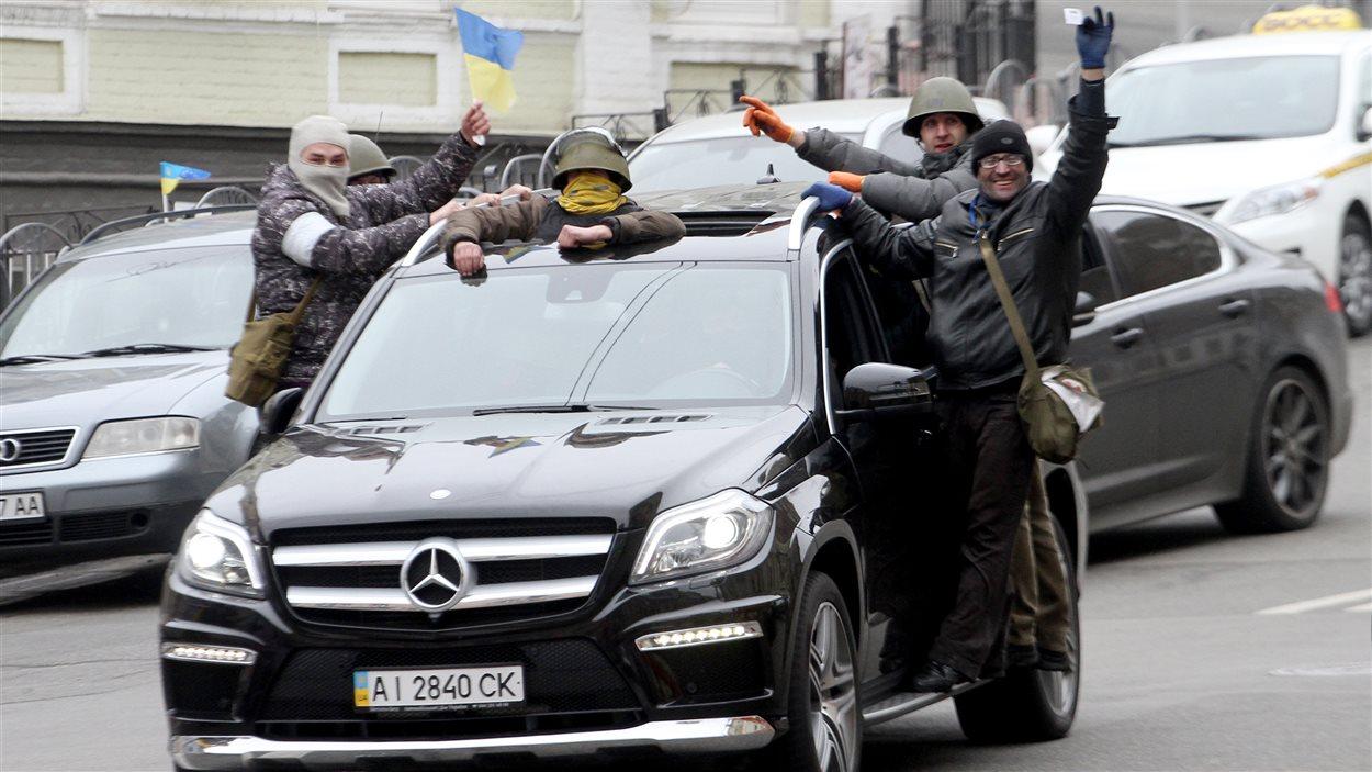 Samedi, des manifestants ukrainiens, qui contrôlent le centre de Kiev, célèbrent l'entrée au gouvernement de membres de l'opposition et l'annonce de la libération prochaine de l'opposante Yulia Tymoshenko.