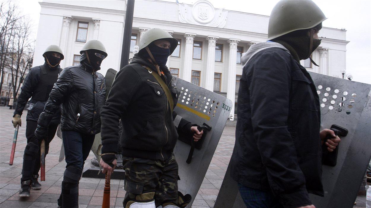 Des membres de groupes d'autodéfense sont présents autour de l'édifice du parlement. Un nouveau ministre de l'Intérieur, Arsen Avakov, issu de l'opposition a été nommé samedi.