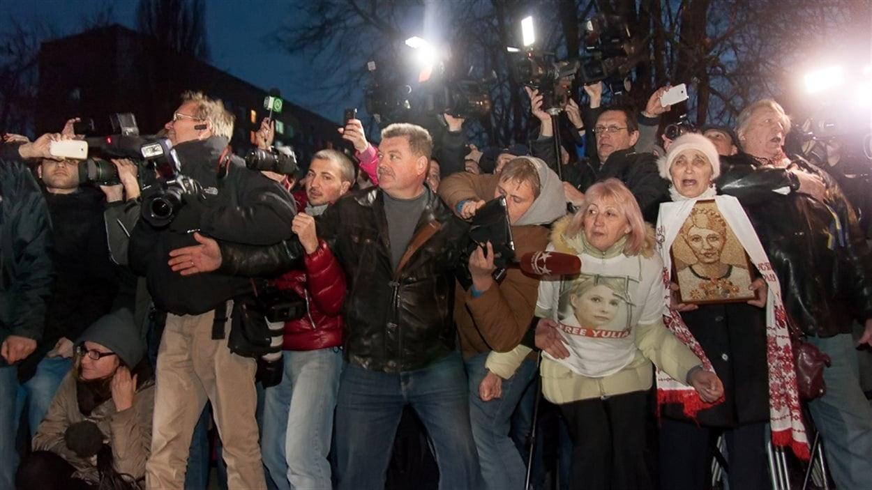 Ioulia Timochenko a été libéré samedi de l'hôpital pénitenciaire où elle se trouvait. Des dizaines de journalistes l'attendait.