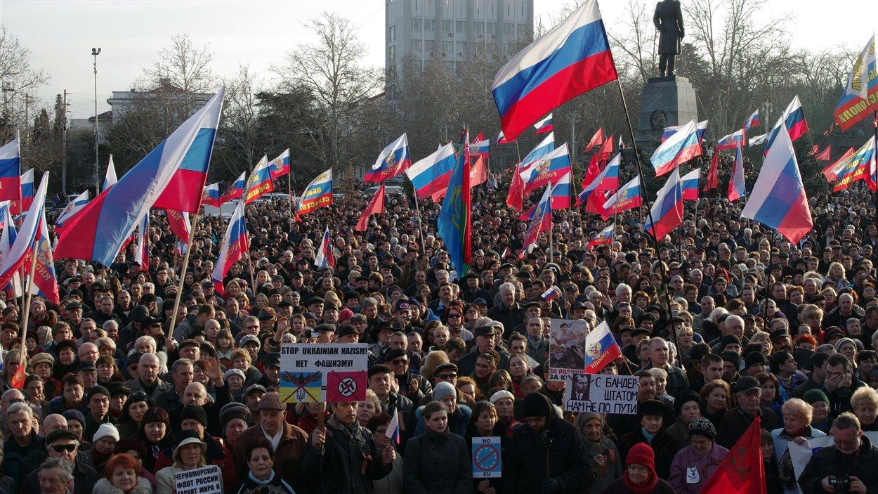 À Sevastopol, quelque 10 000 manifestants pro-russes se sont rassemblés dimanche afin de protester contre le départ de Viktor Ianoukovitch.