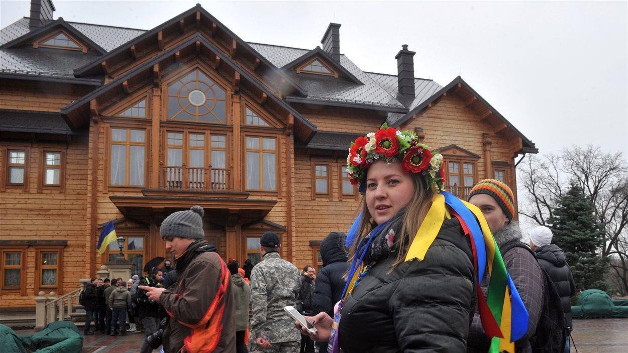 Des Ukrainiens devant la résidence du président déchu Ianoukovitch