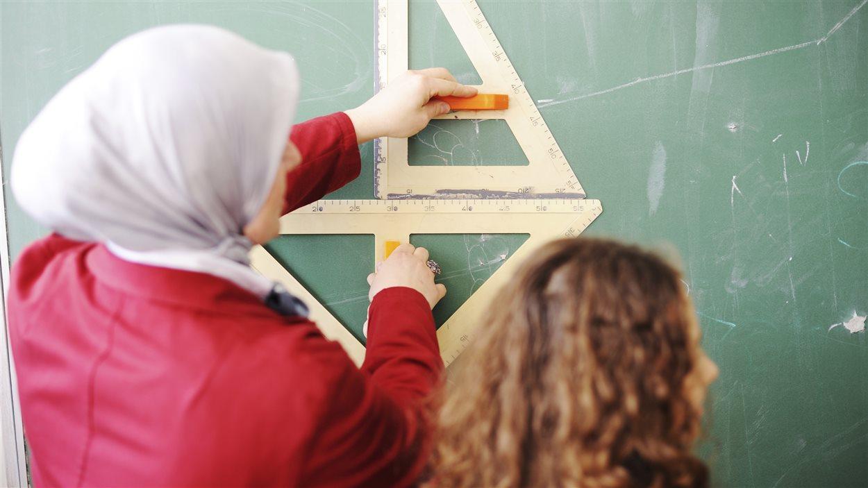 Une enseignante voilée au tableau